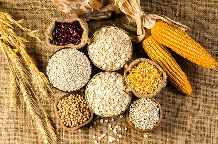 Granen en zaden, bonen op zak, landbouwproducten. Tranen van de klus, likdoorns, sojabonen, havervlokken, gerstvlokken, parelsgerst, rode bonen, Stockfoto - 83435674