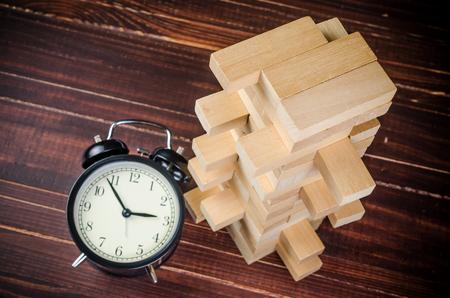 Juego de pila de torre de bloque de madera sobre fondo de tablero de madera Foto de archivo - 91208038