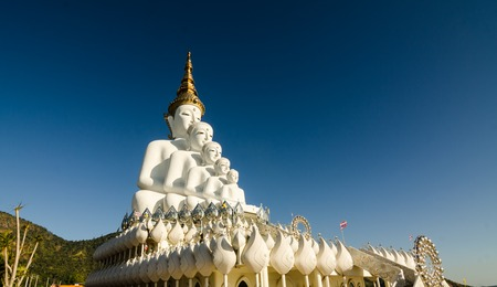 White big buddha statue against mountain at wat phasornkeaw ,Thailand Stockfoto