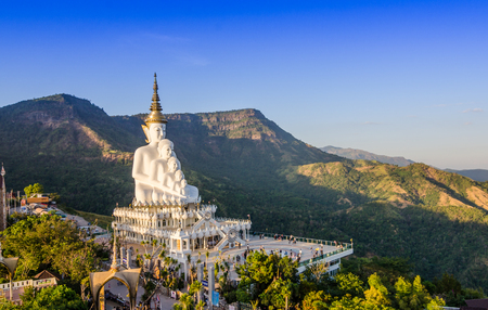 White big buddha statue against mountain at wat phasornkeaw ,Thailand Stockfoto