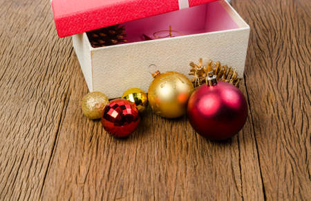 Red gift box with white bow on wooden board background Stockfoto