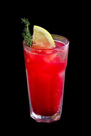 Glas Cranberry- und Zitronenlimonade isoliert auf schwarz