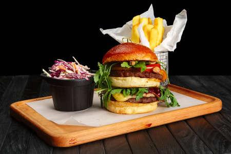 Big burger con patatine fritte e insalata di cavolo