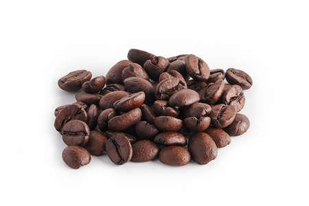 granos de café sobre fondo blanco