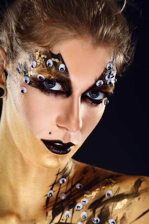 Mystic hero, golden girl. Fantasy makeup. Banque d'images - 123009150