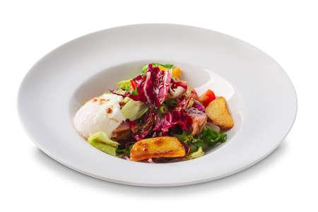 Salade met gebakken aardappel, rode kool, mozzarella, spek en tomaat geïsoleerd op wit Stockfoto