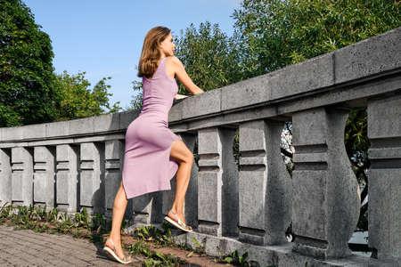 Linda chica en la plataforma de observación