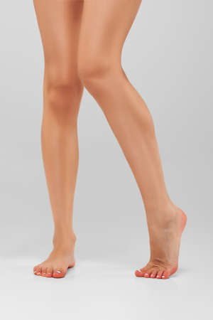 Bare muscular female legs on tiptoe Banque d'images