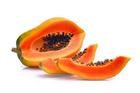 Tranches de papaye fraîche isolé sur fond blanc Banque d'images - 78190135