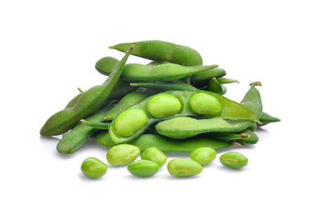 흰색 배경에 고립 된 녹색 다 마 메 콩의 더미