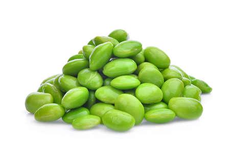枝豆の緑豆の種子または大豆の白い背景で隔離の山