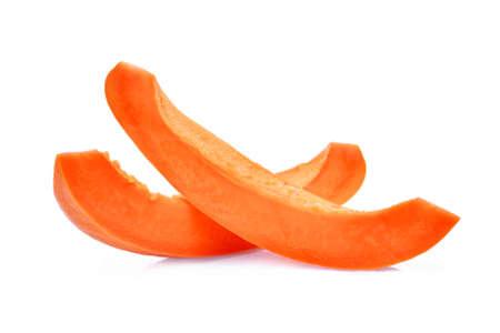 Tranche de papaye mûre avec des graines isolées sur fond blanc Banque d'images - 87072655