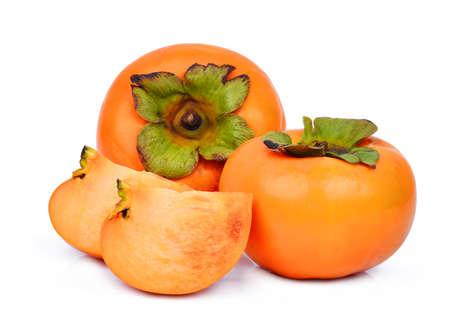 2 つの全体と白い背景に分離された新鮮な熟した柿のスライス