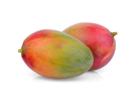 Dos mangos maduros aislado sobre fondo blanco.
