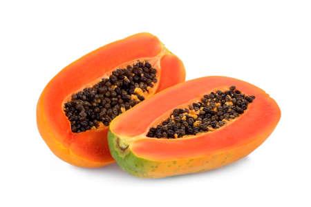 mezzo taglio di papaia matura con semi isolati su sfondo bianco Archivio Fotografico