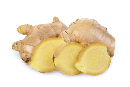 frischer Ingwer mit Scheiben auf weißem Hintergrund