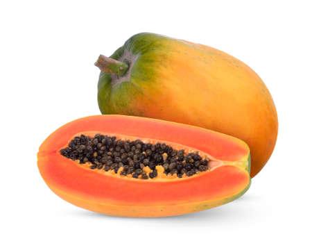 intero e metà di frutta matura di papaya con semi isolati su sfondo bianco