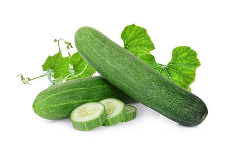 verse komkommer met blad geïsoleerd op een witte achtergrond