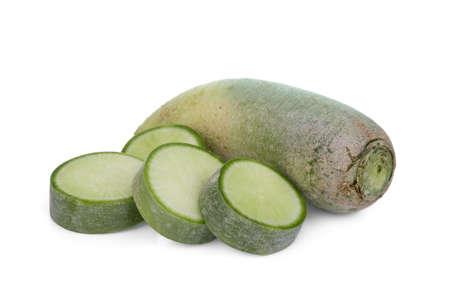 rábano verde aislado sobre fondo blanco