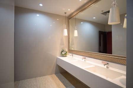 openbaar leeg toilet met wastafels spiegel, openbaar toilet
