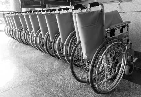 personas enfermas: Sillas de ruedas de personas enfermas que no pueden caminar.