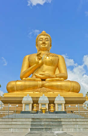 Smiling golden Buddha statue in Thailand Stock Photo - 12246104