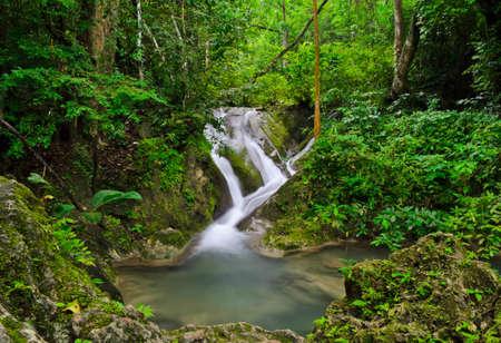 Landschaft mit Wasserfall in tropischen regen Wald, Thailand Standard-Bild - 15331326