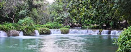 Tropical regen Wald Kaskadierung fällt in Saraburi, Thailand Standard-Bild