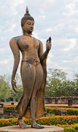 Wandern Buddha-Statue in Sukhothai Historical Park, Thailand Standard-Bild