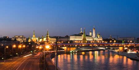 Panorama vista nocturna del Kremlin de Moscú, Rusia