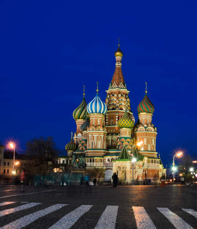st basil s cathedral: Night view of St  Basil s Cathedral on Red Square, Moscow, Russia