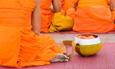 limosna: Monje budista con el cuenco de las limosnas