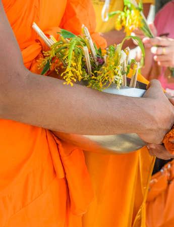limosna: Monjes reciben ofrenda floral en Tak Bat Dok Mai o Flor Limosna festival en Tailandia