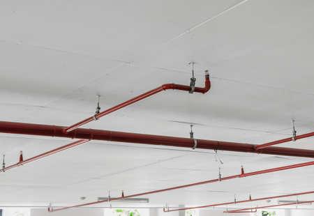 sistemas: Rociadores contra incendios y el tubo de color rojo sobre fondo blanco techo Foto de archivo