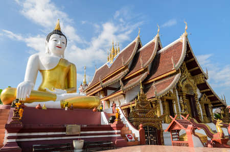 bid: Estatua de Buda en el templo de Wat Oferta Rajamontean en Chiang Mai de Tailandia