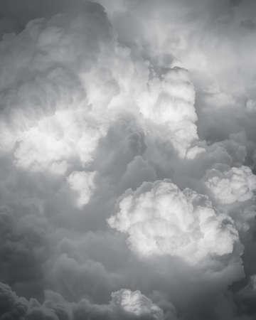 Dramatische Himmel mit Gewitterwolken Standard-Bild - 38009662
