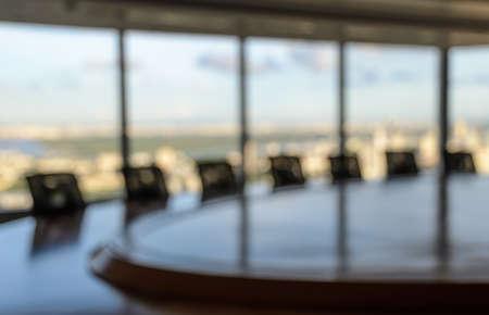 Blur Bild von leeren Sitzungssaal mit Fenster Stadtbild Hintergrund. Geschäftskonzept Standard-Bild - 48486412