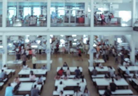 comedor escolar: La falta de definición abstracta de fondo de color cafetaria en la Universidad o en el patio de comidas del centro comercial. efecto de color estilo de la vendimia.