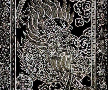 marqueteria: el arte del drag�n chino antiguo con el embutido nacarado en puerta del templo de Wat Rajorasaram en Bangkok, Tailandia