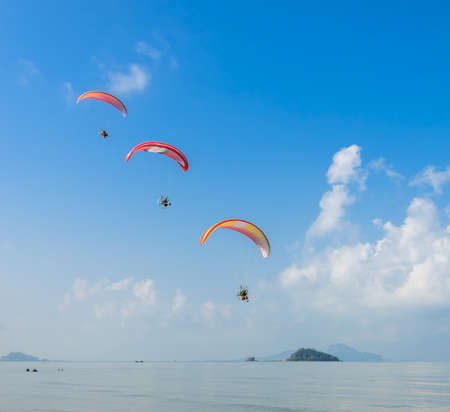 Drie deltaplaning over Pak Meng Beach in Trang provincie, Thailand Stockfoto