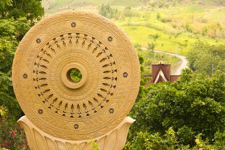dhamma: Sandstone Dharmachakra statua