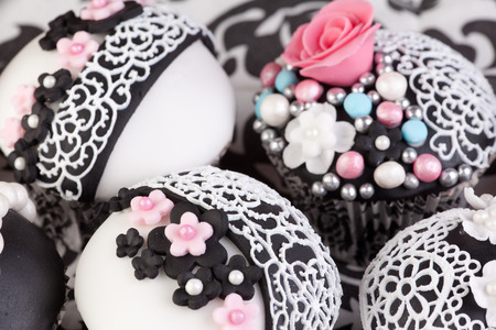 gumpaste: decorated cupcakes with edible lace