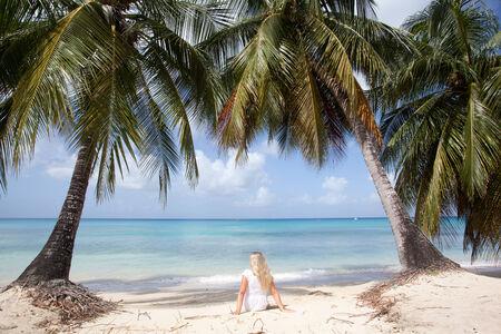 les femmes enjoing vue sur la mer à la Barbade