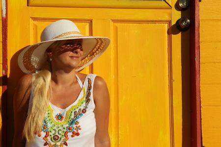 cabane plage: fille assise pr�s de la plage jaune cabane dans les Cara�bes Banque d'images
