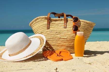 Sonnenschutz-Ausrüstung auf dem Sand am Strand