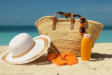 borsa da spiaggia e protezione solare sulla sabbia