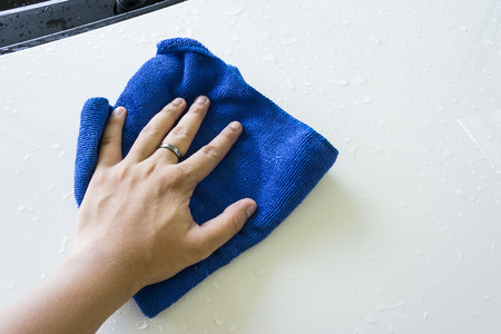 cleaning car: azul pa�o de microfibra para la limpieza de coche Foto de archivo