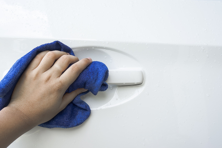 autolavaggio: Mano con microfibra blu auto panno di pulizia