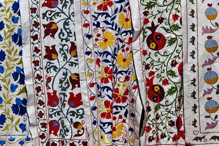 sciarpe: Scialli colorati e sciarpe sul mercato