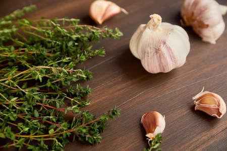 신선한 녹색 백 리 향 및 마늘 정 향입니다. 마늘과 tyme의 조성입니다.